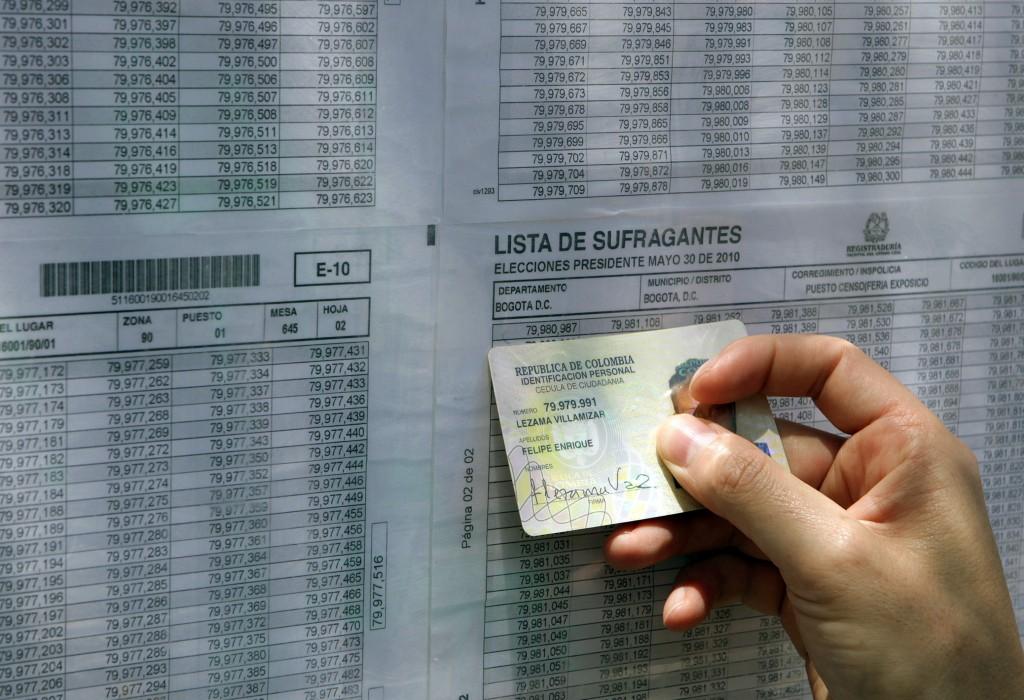 COL18. BOGOTÁ (COLOMBIA), 30/05/2010.- Un hombre busca su mesa de votacion en Corferias, principal punto de votacion en Bogotá (Colombia) hoy, domingo 30 de mayo de 2010. durante la jornada electoral que termina a las 4 de la tarde. Casi 30 de los 45 millones de colombianos podrán votar, según las autoridades electorales. EFE/MAURICIO DUEÑAS