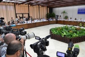 Las comisiones negociadoras al momento de presentar el acuerdo de víctimas.